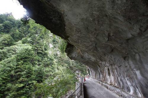 13:25<br /><br />奥鐘橋を渡るとすぐに人喰岩に食われるようにして歩を進めます。