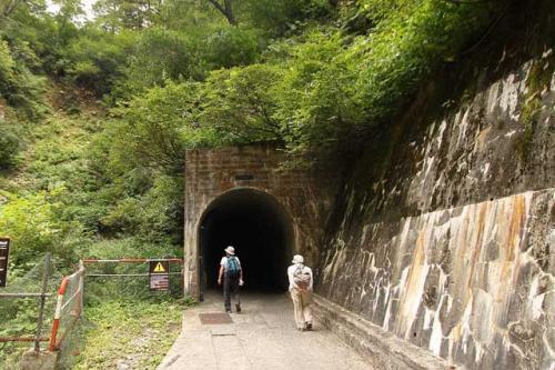 トンネルをくぐり・・・