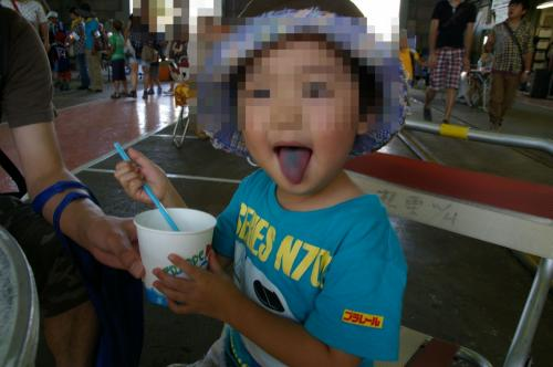 イチゴかメロン?と聞くと、なぜか食べたことのない<br />「ブルーハワイ!」と。<br />子供って謎・・・喜んで食べていたから良いのだけど。<br />しかも1人で完食。<br />お口は真っ青になりましたわ〜。