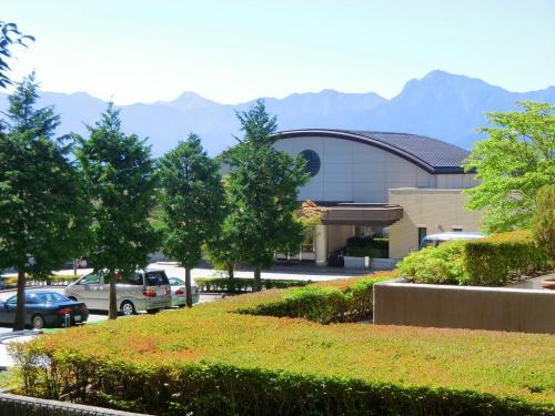 ホテル「ダイヤモンド八ヶ岳」(写真)は日本が住宅バブル経済に踊っていた直後の1991年のオープンであり、お金と労力を相当つぎ込んだと思われる。<br /><br />