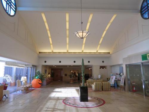 八ヶ岳の深い森に隠されたリゾートホテルで、しかも「美術館併設」で雰囲気がいい。よって、私は2004年にダイヤモンド八ヶ岳の中古会員権を購入してオーナーになったのである。<br />写真:フロント前のロビー