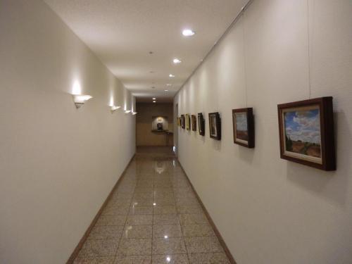 ロビー・フロントは5階にあり、ここから画廊のような廊下(写真)を進むと美術館に行く。