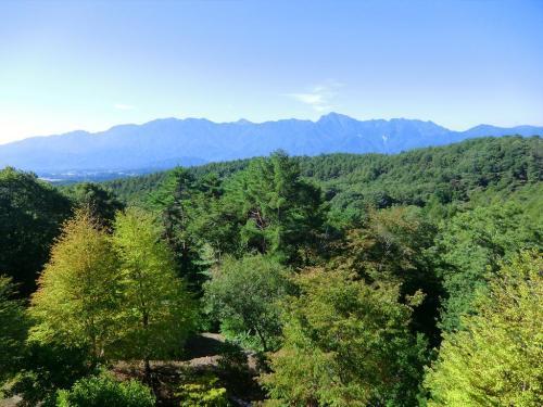 小さいながらバルコニーに立てば八ヶ岳の森と南アルプス連峰(写真)が目の前である。山好きの人にとってはたまらないロケーションである。