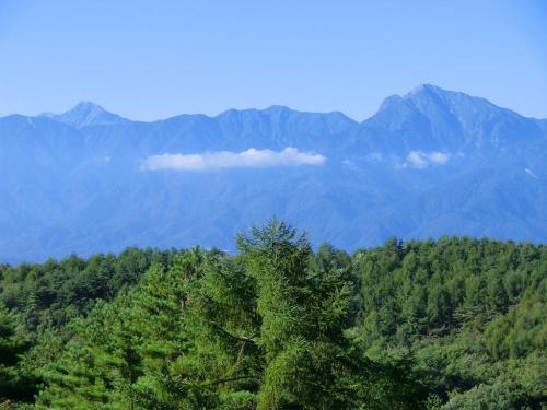 5連泊中好天に恵まれ、素晴らしい山々(写真)を毎日堪能できた。写真右の大きな山は「甲斐駒ヶ岳(2967m)」、左の尖った山は「北岳(3193m)」である。