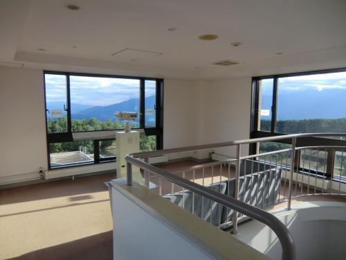 ここの8階からさらに階段を上がると「展望台」(写真)になる。富士山側に望遠鏡が設置されており富士山の細かな表情も分かる。勿論、南アルプス連峰も良く見える。天気が良ければ私は朝、昼、夕、しばしばここに上がる。