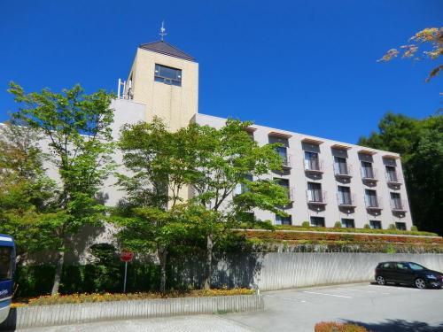 ホテル玄関前の駐車場前にも客室棟(写真)があり上層階からは富士山が見える。富士山が見える客室はここだけであるがフロント・ロビー階が5階なので、ここの客室棟は6〜8階になっている。