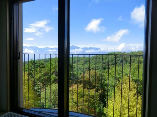 大きな窓からの眺めが凄い!南アルプス連峰(写真)が一望のもとに見れる。