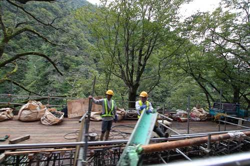 工事中のオジサンたち<br /><br />もうこのあたりでは雨はほとんど止みました。
