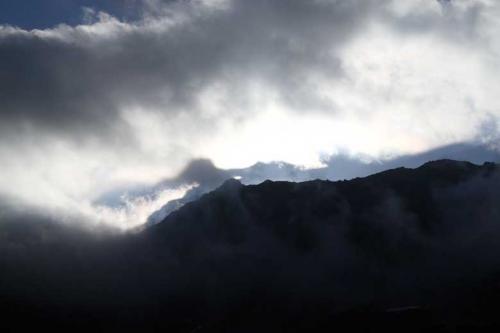 雲に山の稜線が影になって写っているではありませんか。<br />富士ノ折立の影がクッキリで神秘的です。