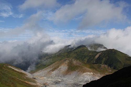みくりが池温泉前の地獄谷。<br />昨日はガスがかかり「ゴーッ」という不気味な音しか聞こえませんでしたが、奥大日岳に陽があたりきれいです。