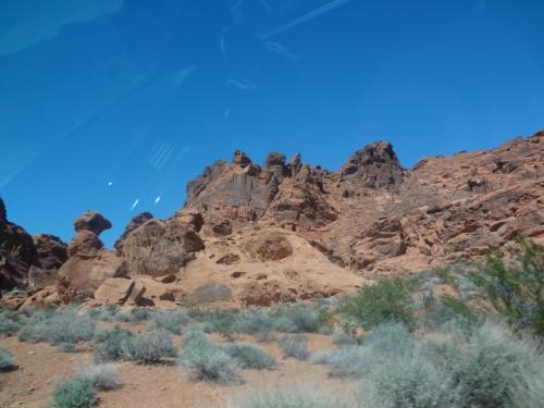 そして岩を見に走り出します