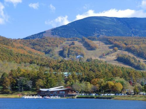 紅葉の「女神湖センターと白樺高原スキー場」(写真)遠望<br />
