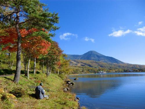 湖畔で絵を描いている1人の男性(写真)。今日は最高の天気なので絵心も盛り上がるであろう。<br />
