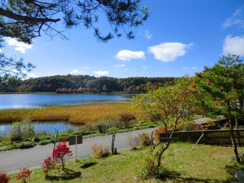ここからの女神湖の眺め(写真)もまたいい。暖かい山菜そばを注文して優雅なランチタイムにする。<br />