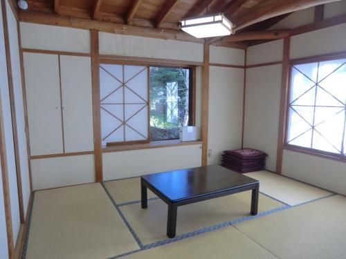 ダイニングルームの両側に6畳の和室(写真)がある。