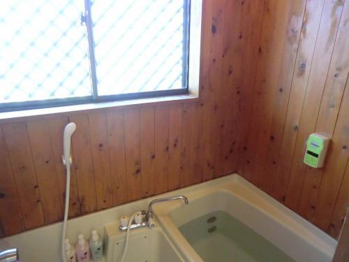 狭いお風呂(写真)残念ながら蓼科のコテージとしては魅力はない。<br />