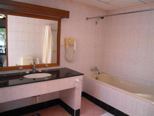 シャワールムは半屋外式。<br />シャワーカーテンはついています。<br />アメニティは石鹸のみ!