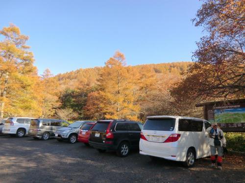 スズラン峠近くの蓼科山登山口駐車場(写真)に車を停める。金曜日の朝であるが、既に多くの車が並んでいる。これは好都合、単独行の私としては先行する登山者がいると安心する。