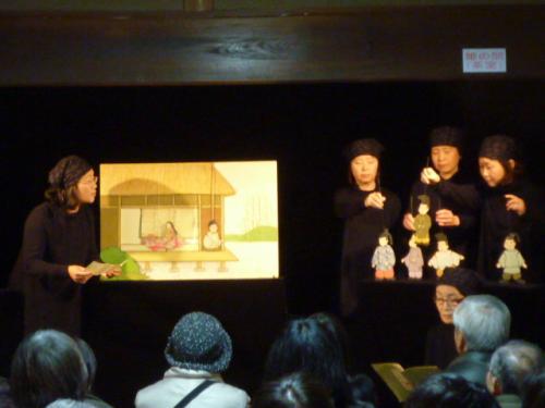 11:00~11:50 別館① 人形劇(ペープサート)<br />公演「竹取物語」別館①「かぐや姫館」<br />  人形劇団ぷくぷく・朗読の会゙萠え゙人形劇と語りの竹取物語<br />■人形劇団ぷくぷく<br /> 1992年に、京田辺に住む母親4人で始めた人形劇団。一番はじめに「人形と遊ぼう」と作ったのが『あわぶく ぷぷぷう』というお話で、「ぷくぷく」となった。初めは人形を作ってケコミ・黒子を借りての上演。その時のドキドキと子どもたちの笑顔が忘れられず、少しずつ道具をそろえて作品も小さいものを含めて12作になった。<br /> 過去の公演…Kyoto演劇フェスティバル、きょうと児童青少年演劇まつり~やましろのくに、他県の人形劇フェスティバル、他に子供会、図書館、福祉施設などで年に10回以上の公演。脚本、演出、人形、舞台装置すべて「ぷくぷく」がしている。<br /> 作品制作は、お話の主題や好きなところをどう表現しようかと皆でアイデアを出し合う。人形と道具の製作は手間と根気 がいる。立ち稽古はすったもんだ、初演はいつもドジ、それでもワッハッハ‥次こそはと、作品が変わっていくのも良い。子供も大人も、楽しくてホンワカとする作品を目指している。<br /><br />