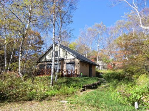 女神平には個性溢れる別荘が沢山あり、定住してみえる方もいる。綺麗な別荘(写真)の前を通ると、「別荘を買って住んでみたいな〜」と思う。叶わぬ願い……。<br />