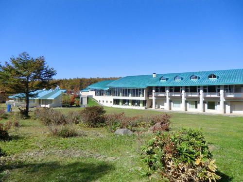 森を抜けると突然大きな施設(写真)に出くわす。新宿区の施設(以下参照)で夏休みには大勢の中学生?が訪れる。1泊2食付きで非常に安く泊まれるので利用価値有り。(新宿区民又は新宿区の職場に勤務している方)<br />ヴィレッジ女神湖<br />http://www.megamiko.jp/realtop.asp?prm=&M_ID=1&C_ID=3