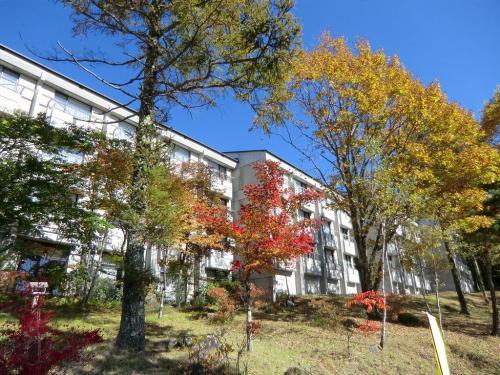 ホテルアンビエント蓼科(写真)の前の木々も紅葉している。<br />