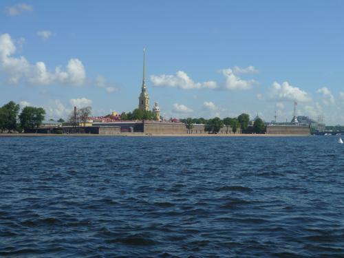 そのネヴァ河からペトログラード側を撮影。<br />向こうに見えるのが、ペテロパブロフスク要塞&聖堂<br /><br />この川が全部凍ってしまうだよ・・・