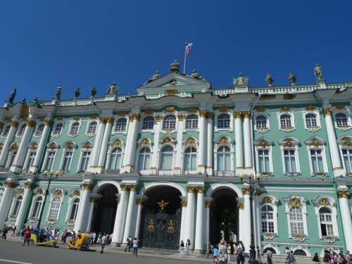 いざ、エルミタージュへ<br />エメラルド色の宮殿が美しい。<br /><br />行列はあったのだけど、私たちはネットで入場券を予約していて、ほとんど並ぶことなく入れた。<br /><br />