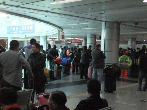 広州から香港への旅は、広州東駅から始まる。<br />広州東駅から香港・ハンホン駅までは約2時間の電車の旅。<br />たったの155元(2000円弱)で香港まで行けてしまう。幸せ!<br />この行き方の場合、広州東駅で中国の出国審査を行い、ハンホン駅で香港の入国審査を行うため、電車を途中で降りて出入国審査を行うことがないため楽。