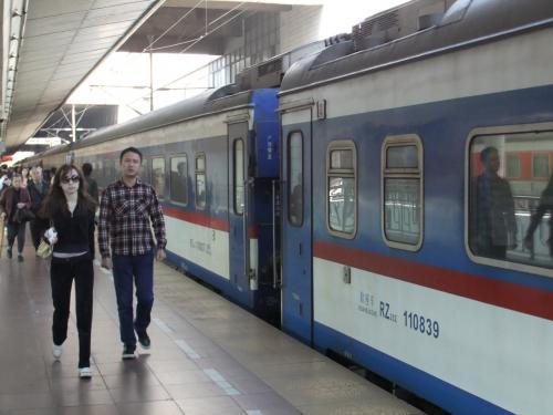 広州東駅のホーム。<br />電車は、2種類走っており、乗った電車は古い型のもの。新しい型のものは、KTTと呼ばれており、かなり良いらしい。いつか乗ってみたいな。