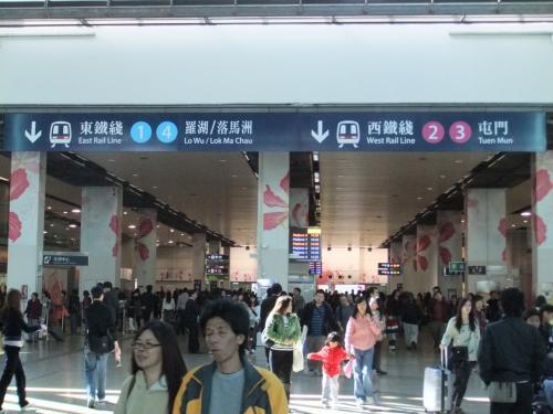 ハンホン駅に到着。ハンホン駅から香港の中心部へは、地下鉄かバスを使う。今回は地下鉄で。