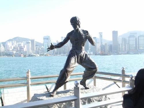 出ました〜!ブルース・リーの銅像っ!!アヴェニュー・オブ・スターズを歩くなら端っこにあるブルース・リーは必見。香港島をバックに。