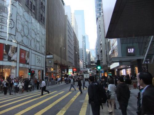 繁華街、クイーン・ロード。<br />香港の道は狭く、人、人、人!