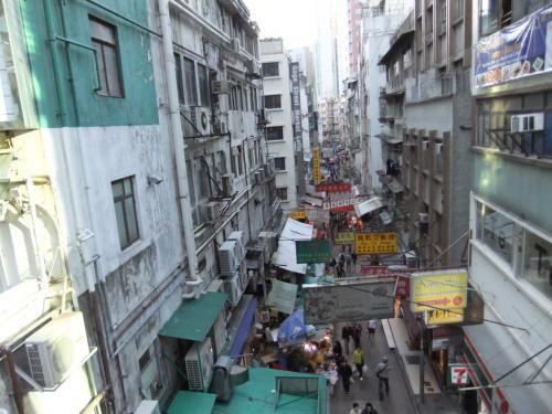 古いアパートや新しいマンション、屋台、カフェなど、様々な景色をエスカレーターから見ることが出来る、まさに無料の観光エスカレーター。香港の色々な顔を見ることが出来、とても楽しめた。