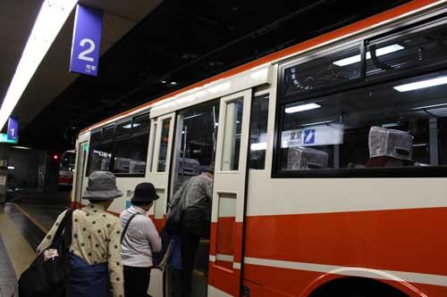これがトロリーバス。<br />トロリーバスとは電気バスのことですが、最近はやりの電気自動車のようなバッテリー式ではなく、電車のような架線で給電するバスのことです。昔々、京都の松尾橋と四条大宮間をトロリーバスが走っていました。