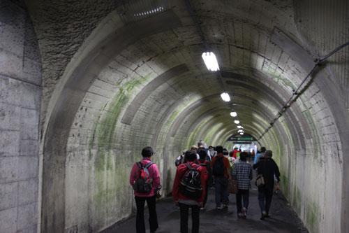 10:36<br />黒部湖駅に到着。団体さんの後をぞろぞろと付いて行き・・・