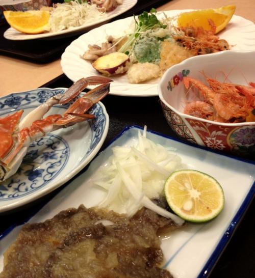 今夜の夕食。<br />蟹にえびに天ぷらにカレイの南蛮漬けに・・・<br />いったいどれがメインなの〜というくらいたくさん出てきました。<br />まだこの後、鯛の煮付けまで・・・<br />追加料金を払えばお造りをつけられるそうですが。とても食べ切れそうにありません。