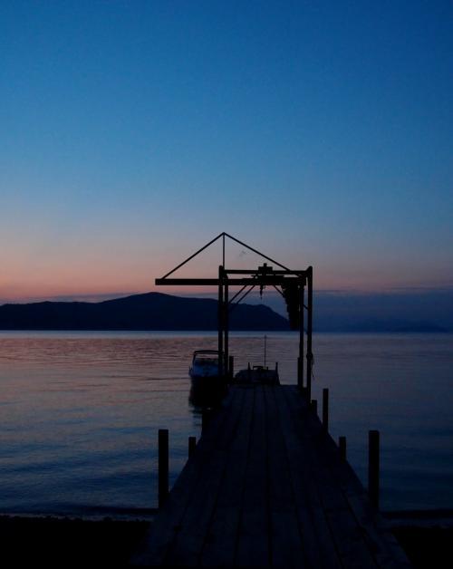 朝<br />5時半に目が覚めて、窓の外を覗くと・・・<br />白々と夜が明けかけていたので、カメラを持って外へ飛び出す。<br />日焼け止めと虫除けは忘れずに!!!<br /><br />きれい〜<br />心が洗われるようです。