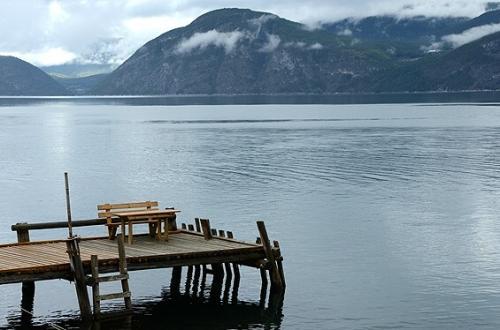 これは個人用の桟橋?<br />ソグネフィヨルドの片隅に船着場があった。<br /><br />その上の小さい木のベンチとテーブル。<br />夏にはどんな人があそこに座っていたんだろ…。<br /><br />夏の終わり、秋の始まりを感じさせてくれる風景に出逢えた。