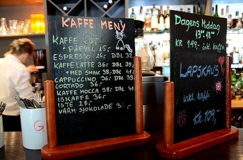 アールダールの船着場そばにはKLINGENBERGという名のホテルがあった。<br />そこのカフェで休憩。<br /><br />カウンターに置いてあったメニューを見ると、カプチーノなんかはイタリア語で書いてあっても、他のノルウェー語部分のお品書きは英語やドイツ語に近い単語が並ぶ。<br />ノルウェー語、英語、ドイツ語は同じゲルマン語派の言語なんだなあ、と納得。<br /><br />町に出ているノルウェー語の看板を見ても、英語やドイツ語の知識が多少あれば、言わんとすることが何となく読み取れたりします。