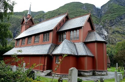 アールダールの町外れにあった教会は、その名も聞いて驚くアールダール教会。<br /><br />単純すぎる名付けかも…。 ( ̄m ̄*)<br /><br /><br />これは後述するスターブ教会ではないんですが、木造のその外観が可愛らしかったのでちょっとお邪魔します。