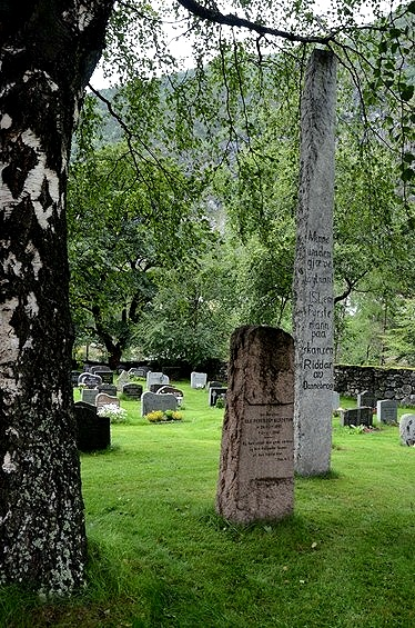 アールダール教会の扉は閉まっていて中には入れなかったんですが、墓地になっている敷地へのフェンスは開いていました。<br /><br />その墓地で見つけた墓碑は、高さが優に3mほど。<br />故人は背が高い人だったのか、目立ちたがり屋だったのか…。