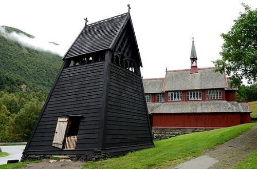ボルグンのスターブ教会付属の鐘楼も黒々とした姿。<br />その形が面白い。<br /><br />ノルウェー各地のスターブ教会にあった同様の形の鐘楼は既に失われ、これが現存する唯一のものだそうです。<br />画像奥に見えている現在の教会で儀式がある時には、今もこの鐘楼の鐘が鳴らされるんだそう。<br /><br />どんな姿と音色の鐘だろう。<br />扉の外から中を覗きこんでみましたが、暗くてその鐘の姿はよく見えず。