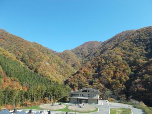 バスの中からの景色。色づいた山々が綺麗です。