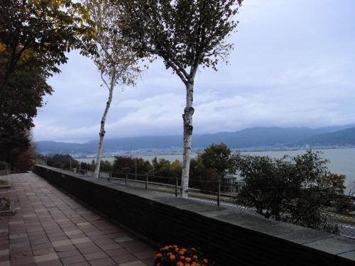 矢印の方向に歩いて行くと、諏訪湖が見える。