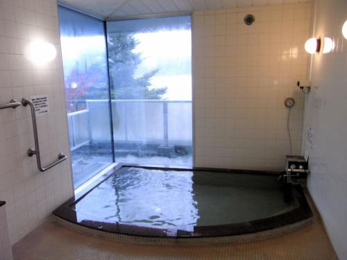 ここが女湯の中。諏訪湖を展望できる。
