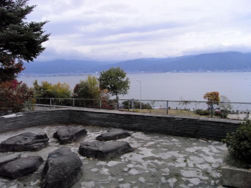 しっかりと温まって、再び諏訪湖を眺めながら車に戻る。