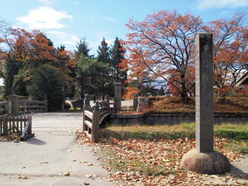この龍岡城五稜郭は、有名な北海道の函館五稜郭に遅れること3年後の1867年に完成した、日本に2つだけの5つの稜が星形に突き出ている洋式城廓で、国の史跡に指定されています。<br /><br />(この前の週に、実は函館の五稜郭に行ってきました。龍岡城五稜郭のことは全然気にしていなかったのですが、図らずも日本の五稜郭を制覇したことに!旅行記はいずれアップする予定です…)