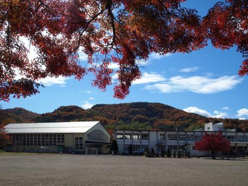 さらに進んでゆくのですが、史跡というよりは………学校?<br />廃藩とともに城廓は処分され、現在は小学校の敷地となっているそうです。