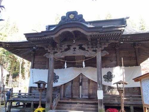 境内は山の斜面に沿って広がっています。<br />こちらが階段を登った先にある拝殿。